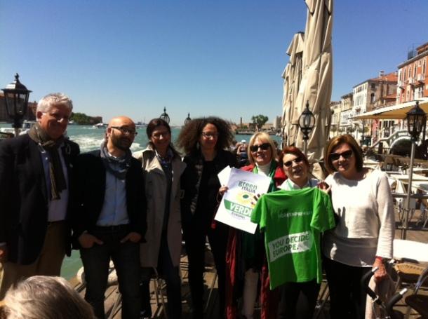 Venezia. Con Syusy a destra Luana Zanella (co-portavoce dei Verdi nazionali) e, tra gli altri, Roberto della Seta e Anna Scavezzon.