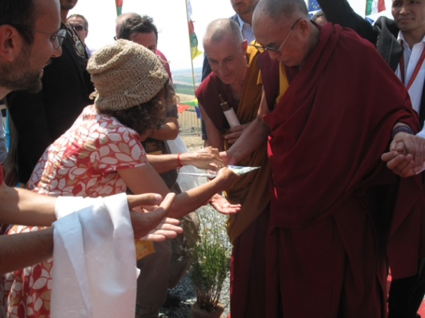 Fernanda Useri consegna la tessera onoraria dei Verdi a Sua Santità il Dalai Lama
